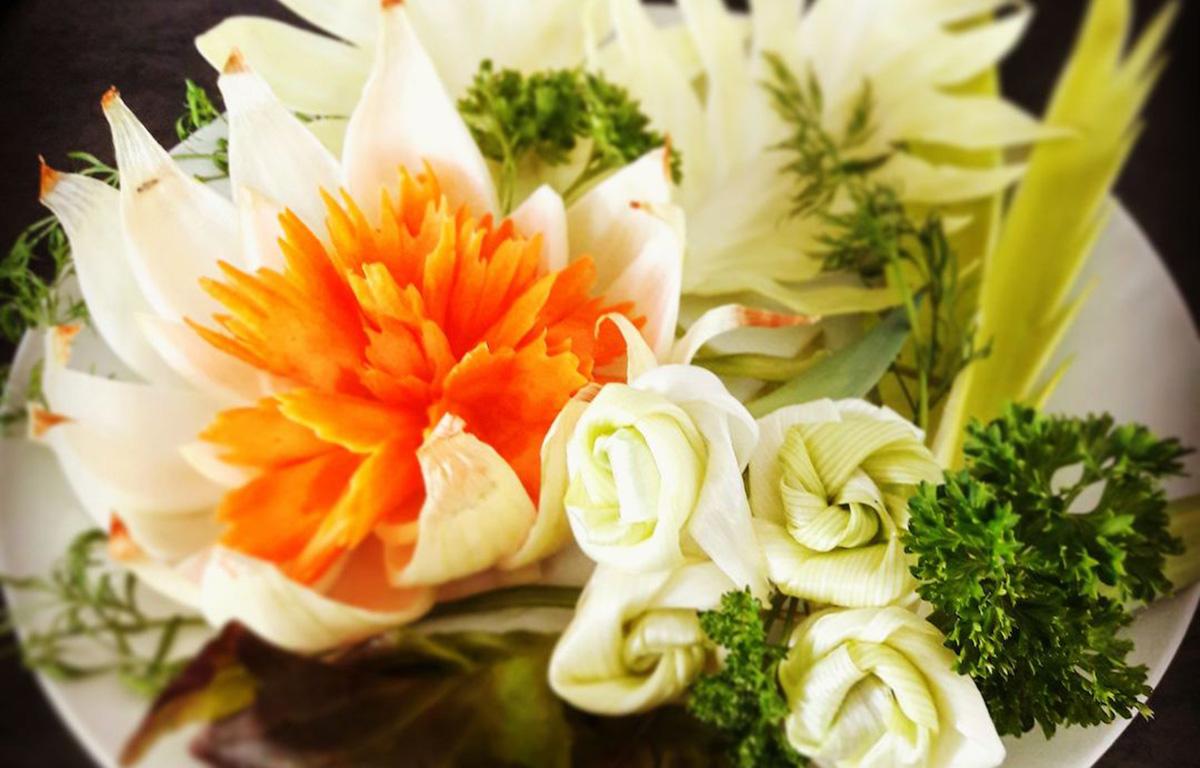 Kuvassa näet kauniita kasviksista kaiverrettuja kukkia, eli sen mitä kasvisten kaiverrus on