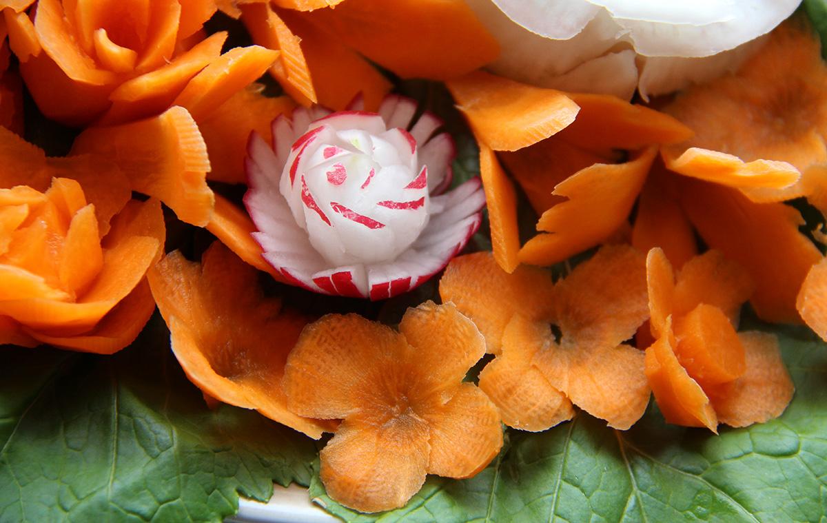 Kasviksia kaivertamalla saa loihdittua kauniita porkkana ja retiisin kukkia