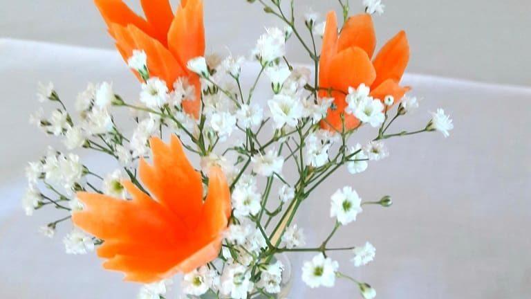 Porkkanakukka -verkkokurssin opeilla kaiverrettu kukkia ja koottu kaunis kukkavaasi.